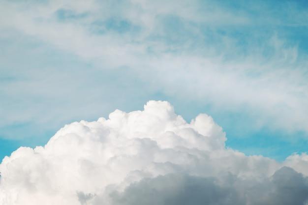 青い空と雲の背景。ふわふわの雲。