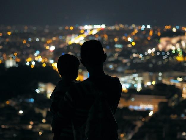 父と息子が夜の街を見て。