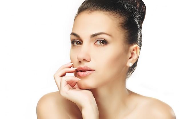 口の近くの指で美容女性の肖像画のクローズアップ。