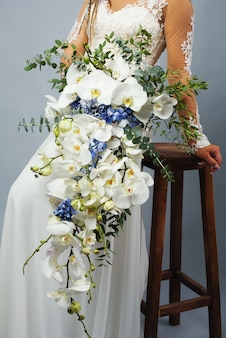 蘭の花とアジサイのクローズアップの豪華なブライダルブーケ。