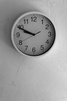 Время белые часы на белой шероховатой стене