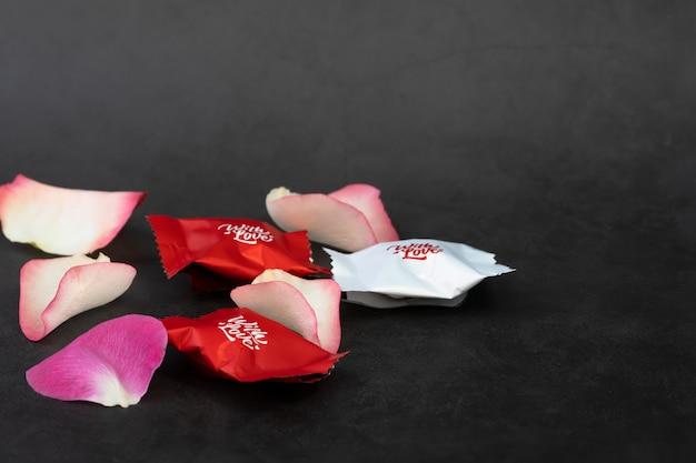 チョコレート菓子とバラの花びら。