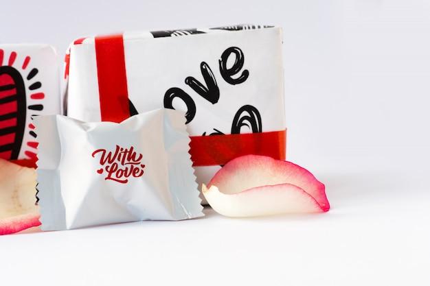 バラの花びらとチョコレート。バレンタイン・デー。