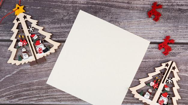 木製の背景にメリークリスマス空白グリーティングカード。