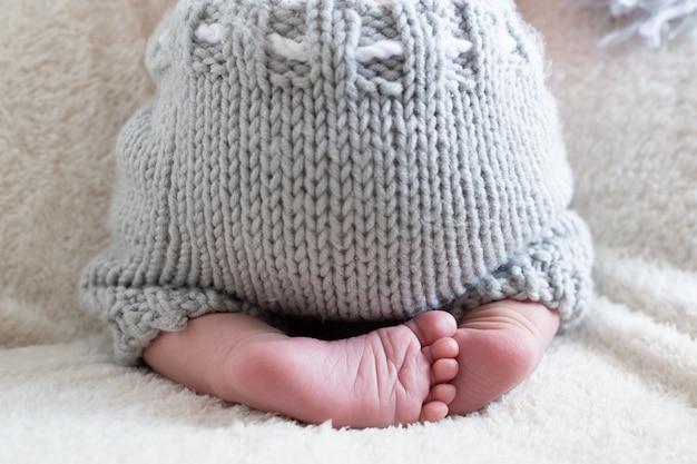 生まれたばかりの赤ちゃんの足をクローズアップ、生まれたばかりの赤ちゃんの小さな足。生まれたばかりの赤ちゃんの足の写真