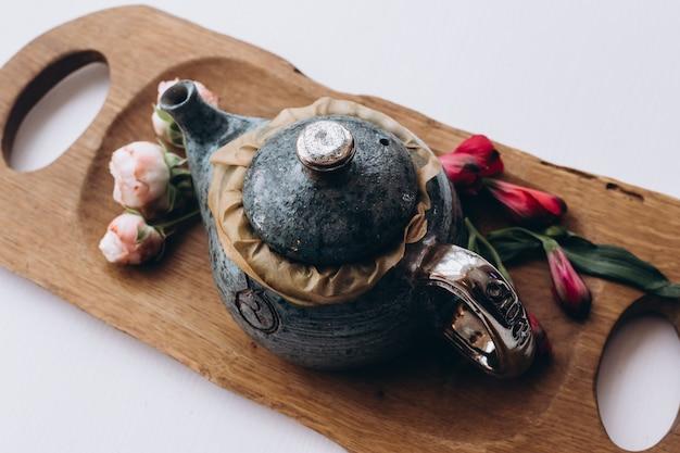 Концепция чая с синим чайным набором из чашек и чайник с цветами