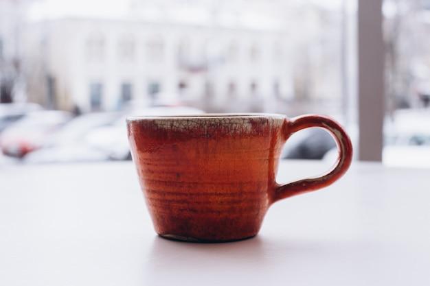 Оранжевый ретро чайная чашка на окне