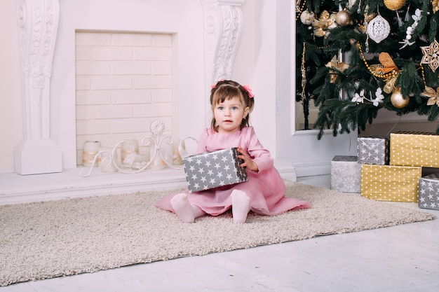 Милая маленькая девочка с рождественскими подарками