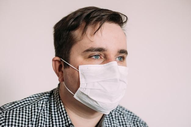 Человек в защитной маске от инфекционных заболеваний и гриппа