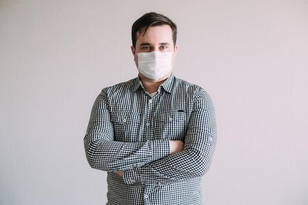 Остановите инфекцию, человек носит защитную маску от инфекционных заболеваний и гриппа. концепция здравоохранения.