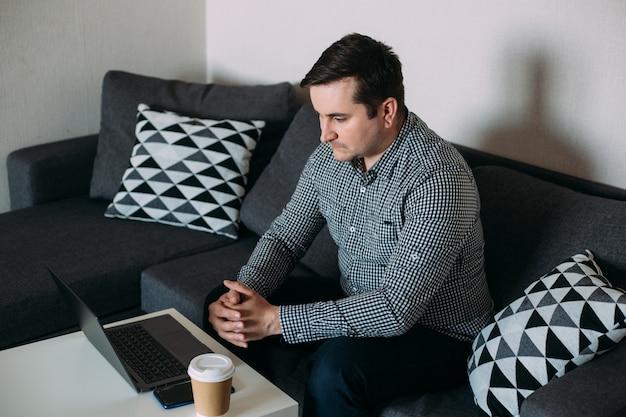 Бизнесмен работает на своем компьютере из дома