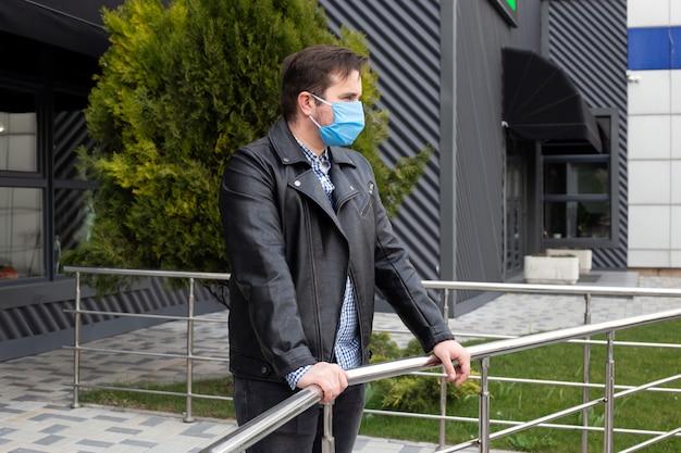 医療マスクを身に着けている青年実業家は、コロナウイルス、医療、健康の概念から身を守る