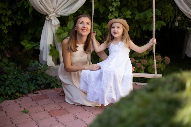 Девушка и ее мать наслаждаются солнечным летним днем