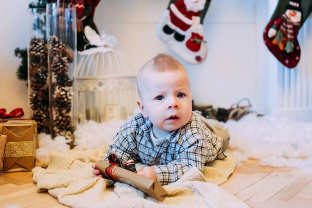 クリスマスプレゼントと混乱している小さな男の子。