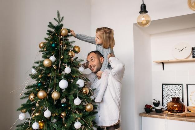 自宅でクリスマスに娘と父