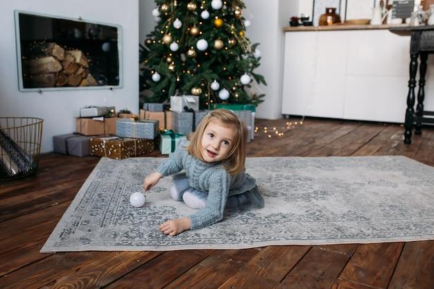 クリスマスの装飾で遊ぶ女の子。