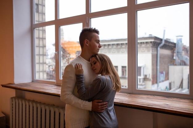 自宅でロマンチックなカップル