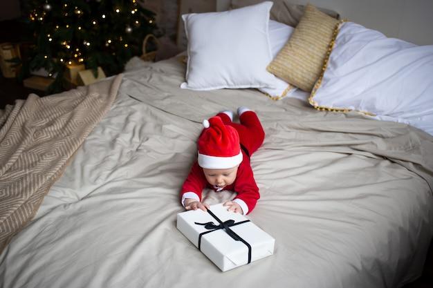 ギフトとクリスマス衣装の男の子