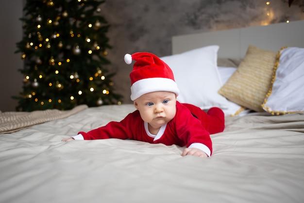 自宅でクリスマスの衣装で魅力的な男の子