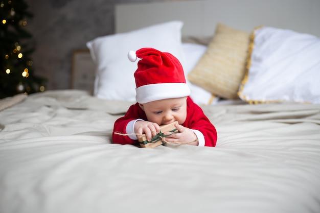 サンタの帽子でクリスマスの幼児。年末年始。