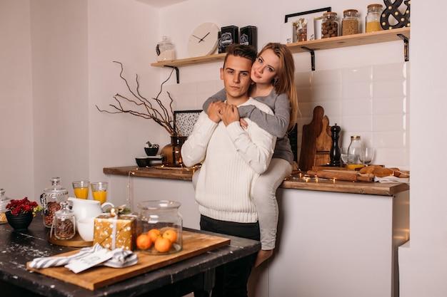 愛情のあるカップルは自宅のキッチンで楽しい時を過す