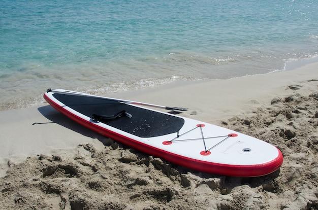 Встаньте весло на пляже
