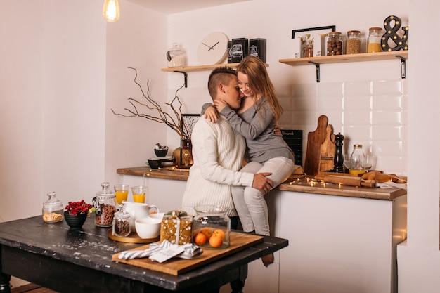 自宅の台所で幸せなカップル