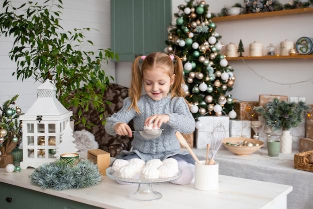 自宅のクリスマスキッチンで笑顔の女の子。