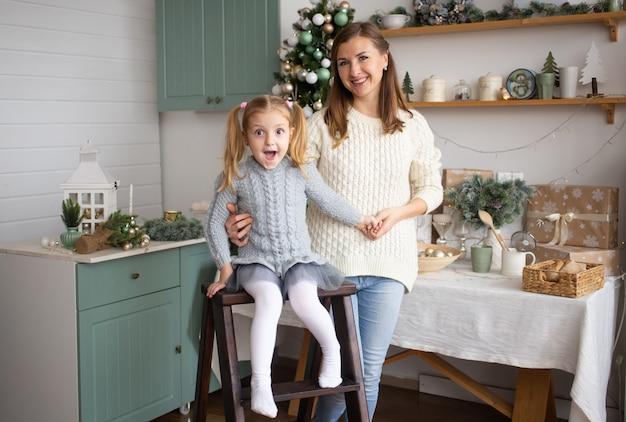 娘と母のクリスマス背景で抱いて
