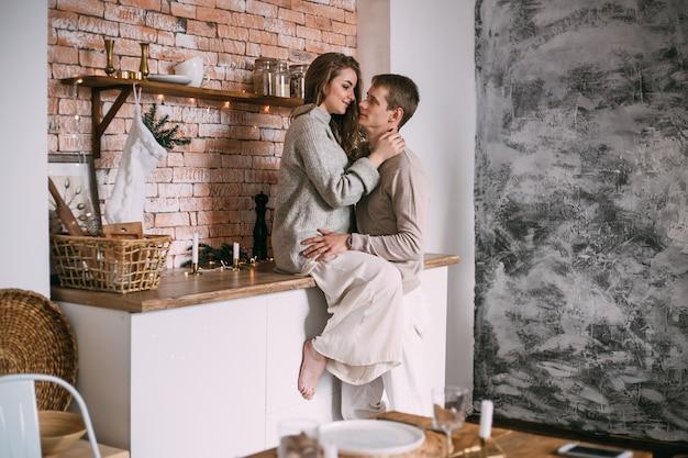 クリスマスの時期に台所でカップル