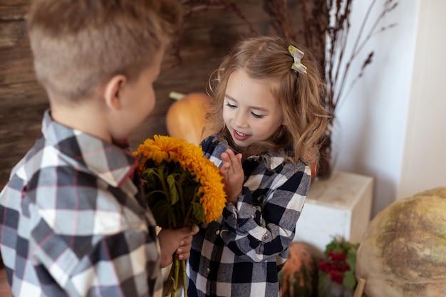 Мальчик присутствует девушка букет из желтых цветов. любовь