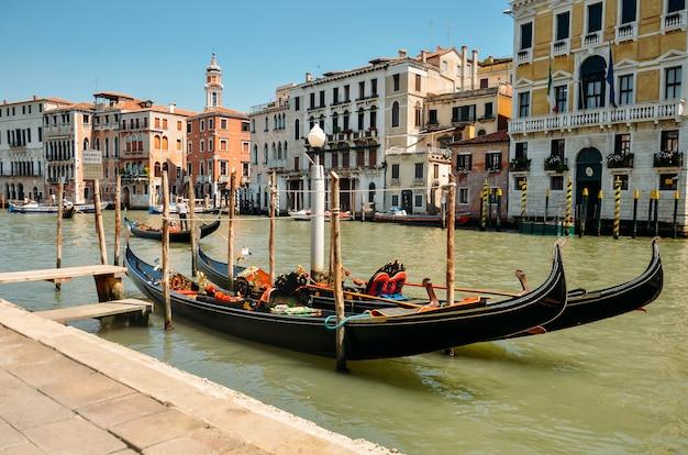 Гондолы в венеции. венеция, италия