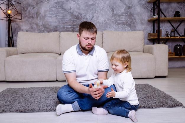 父と少女は家でひよこで遊んでいると笑みを浮かべています。