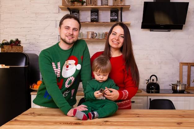 クリスマスの時期に台所で幸せな家族