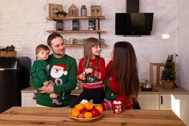 キッチンで楽しんで幸せな家族