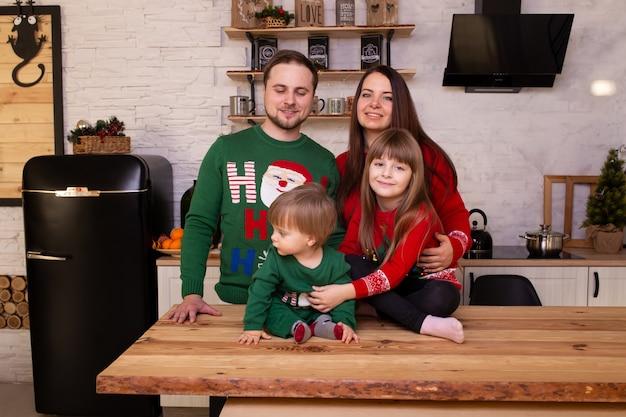 自宅で新年を待っている子供と両親
