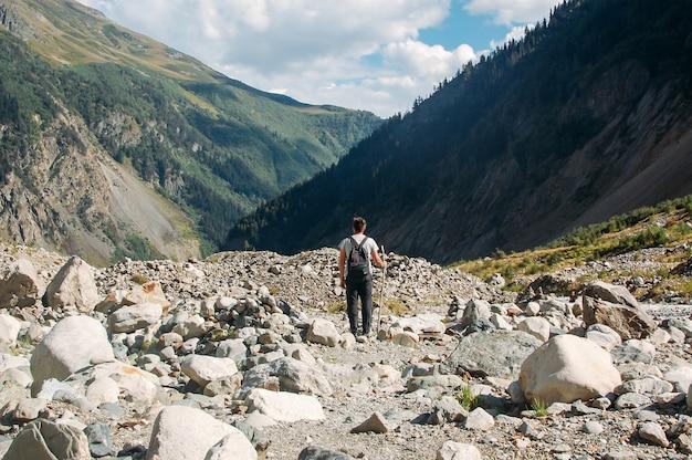 山に立っているハイキング男