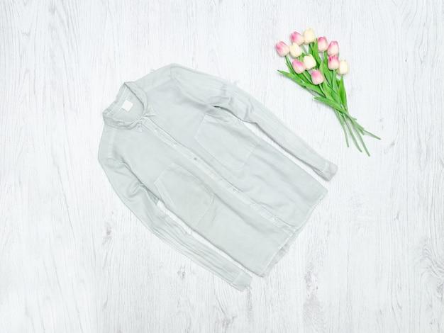 グレーのシャツとチューリップの花束。ファッショナブルなコンセプト