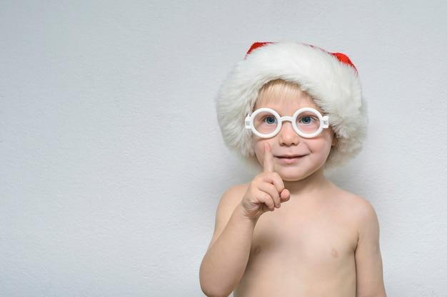 Маленький мальчик в очках и шляпы санта-клауса