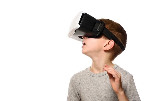 Мальчик испытывает виртуальную реальность.