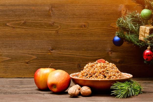 料理はクリスマスイブの伝統的なスラブ料理です。飾りの木。コピースペース