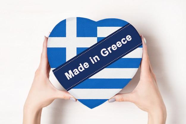 Надпись «сделано в греции» на флаге греции на коробке в форме сердца