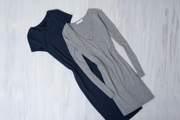 袖付きのグレーとブルーのドレス。ファッショナブルなコンセプト