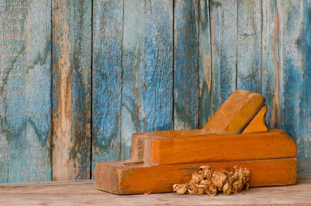 Старый деревянный самолет и фишки на старой стене
