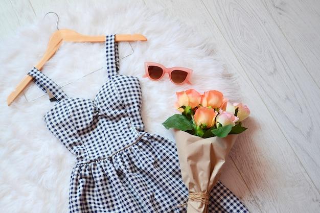 ファッション 。セル、ピンクのメガネ、バラの花束にサマードレス。上からの眺め