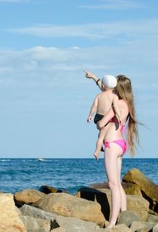 母と息子の海岸の石の上