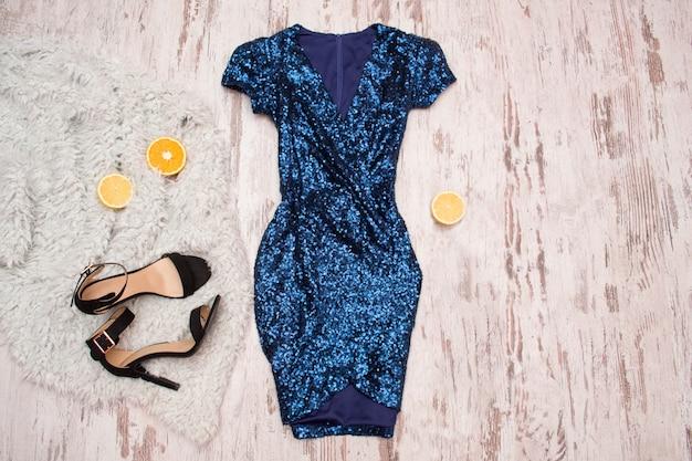 スパンコール、黒い靴、オレンジ色の半分の青いドレス