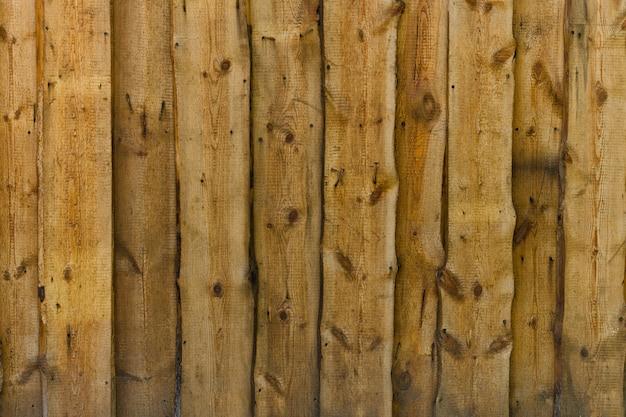 Вертикальные деревянные необработанные коричневые доски с гвоздями и ветками фон