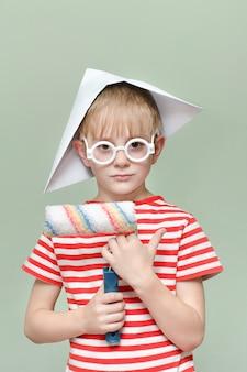 Воя в бумажной шапке с малярным валиком портрет