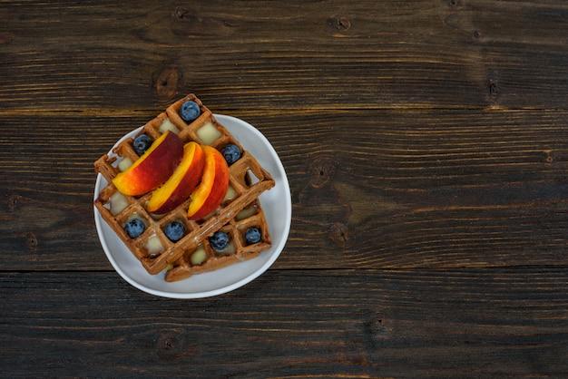 Шоколад бельгийские вафли с фруктами и ягодами. вкусный завтрак.